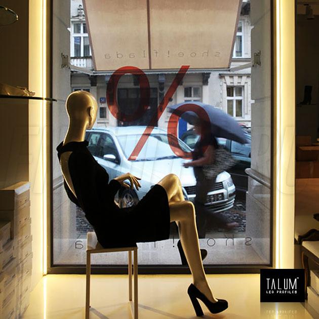 Подсветка витрины в магазине при помощи углового профиля TALUM C22.22 и светодиодной ленты