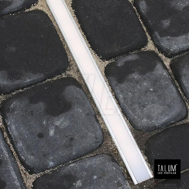 Герметичный встраиваемый профиль TALUM E26.26 установленный в брусчатку