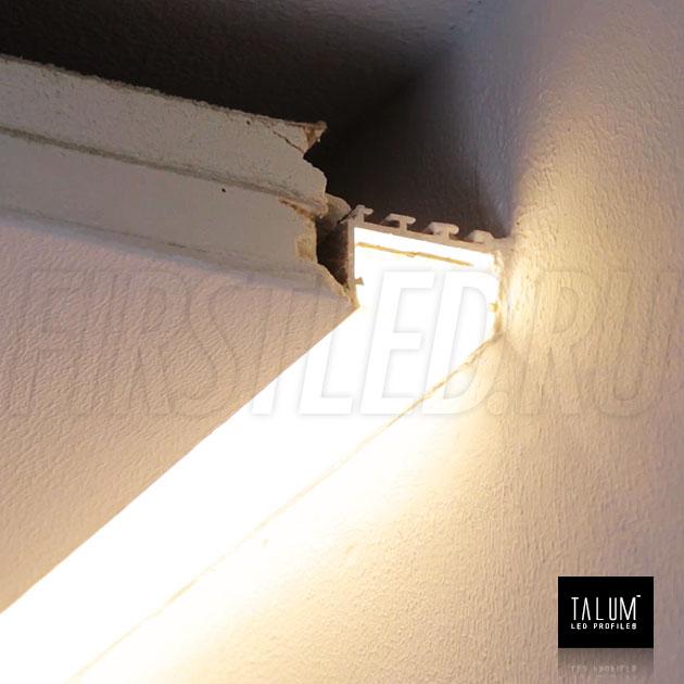 Установленный встраиваемый профиль без рамок вдоль стен TALUM BORDER 24 с матовым рассеивателем во включенном состоянии