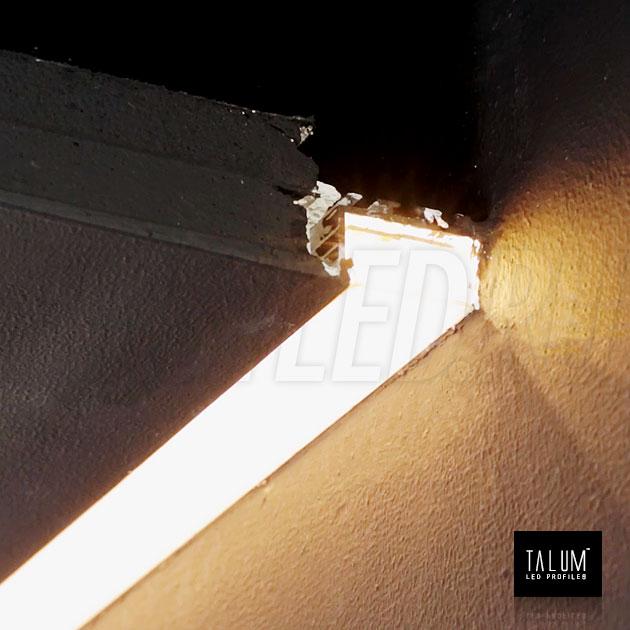 Встраиваемый профиль без рамок вдоль стен TALUM BORDER 24 с черным матовым рассеивателем во включенном состоянии