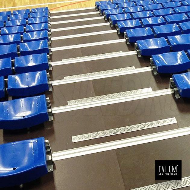 Профиль для ступенек TALUM STEP81.40 установленный на стадионе