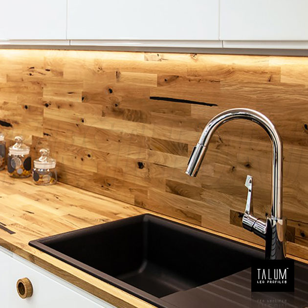 Накладной алюминиевый профиль TALUM HIDE W16.15 в подсветке на кухне