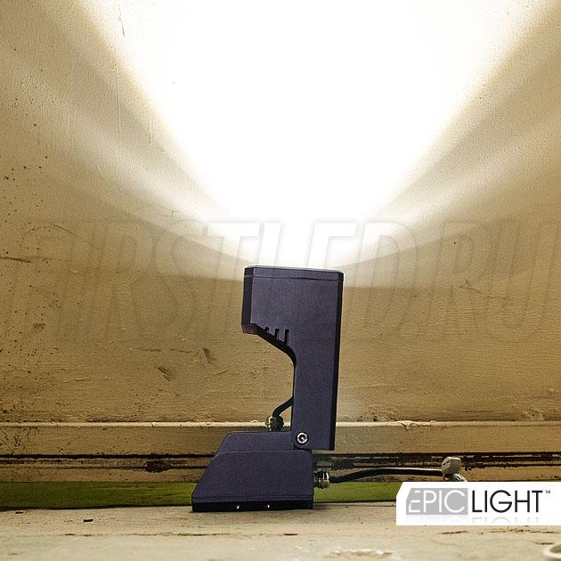 Угол наклона светильника MONUMENTO Lux регулируется, что позволяет направить освещение на определенный объект