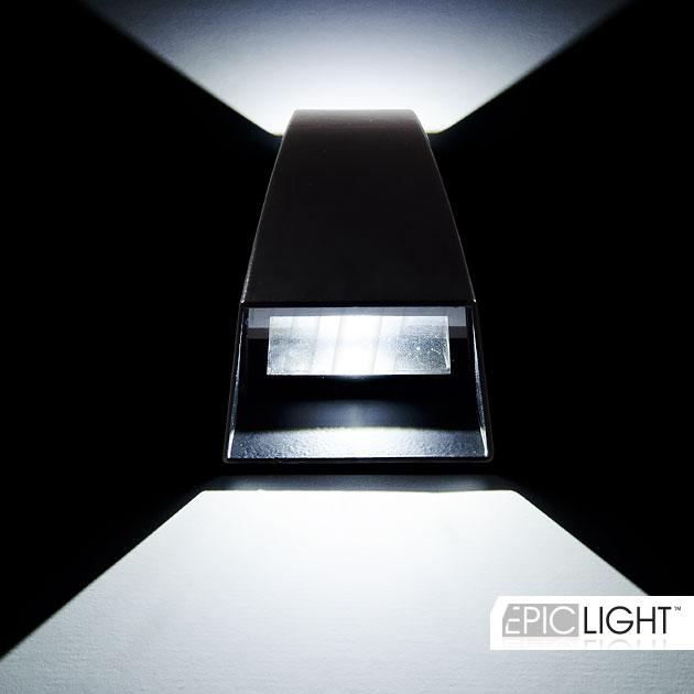 Универсальная форма светильника WALL DOUBLERAY позволяет устанавливать его сверху-вниз или снизу вверх