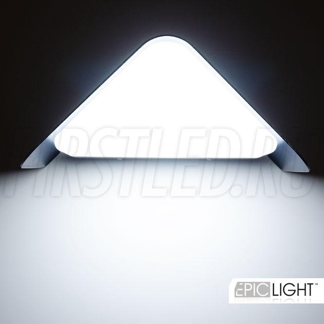 Дизайн светильника WALL TRIA представляет собой треугольник с подсветкой вниз стены