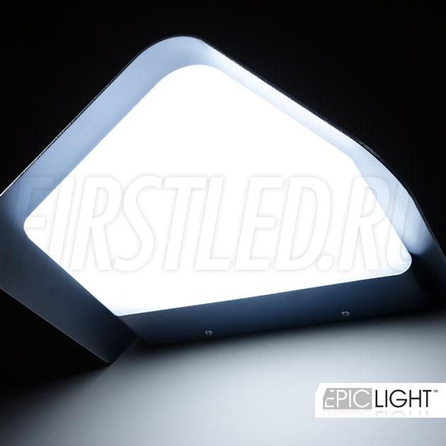 Широкий угол света подчеркнет ваш дом вечером благодаря светильнику WALL TRIA