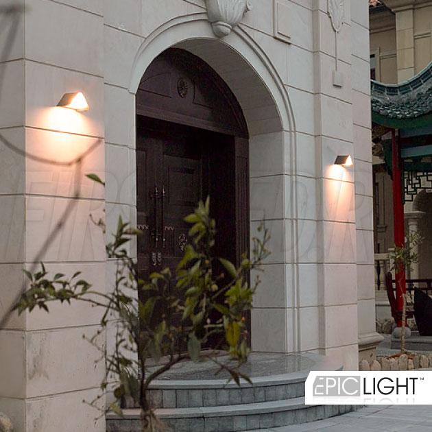 Уличный настенный светодиодный светильник для подсветки фасадов зданий или входных групп WALL TRIA